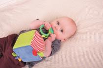 Dřevěné hračky Bigjigs Baby Textilní aktivní kostka Bigjigs Toys