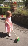 Dřevěné hračky Bigjigs Toys Zahradní metlička s dlouhou násadou zelená