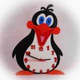 Dřevěné nástěnné hodiny Veselý tučňák