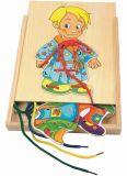 Dřevěné motorické hračky Woody - Šněrovací šatní skříň Kluk