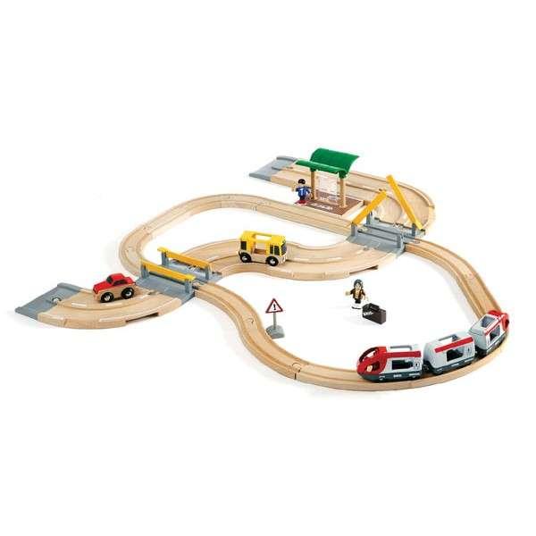 Dřevěná vláčkodráha s os. vlakem,závorami a silničním přejezdem,33 dílů
