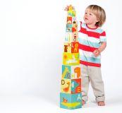 Dřevěné hračky Petitcollage Věž z ABC kostek se safari zvířátky