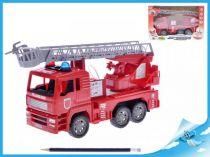 Požární vozidlo stříkající vodu červené